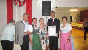 Familie Übl mit Bgm Bernhard Bessel